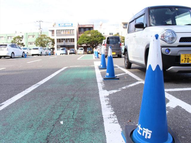 富士山コーンが並ぶ駐車場